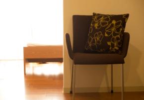 表参道榊城整体院特に腰がお辛い方の一人掛け用の椅子