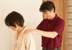 表参道榊城整体院の筋肉の張りや骨の位置を把握する様子