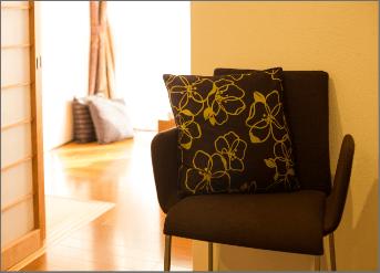 榊城整体院の腰痛用一人がけの椅子
