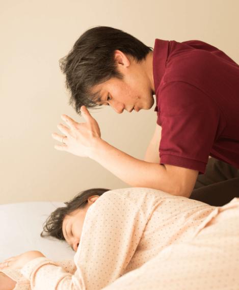 表参道榊城整体院でのひどい肩こり、手足のしびれ、ぎっくり腰、五十肩、偏頭痛、倦怠感、不眠、手術後の不調、骨盤矯正、背中もみほぐしの様子